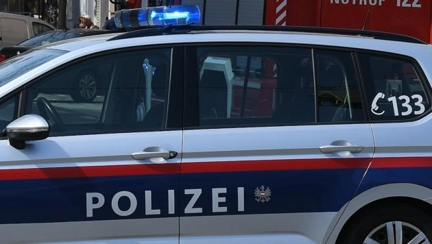Der Jugendliche trat nach der Frau und zog sie an den Haaren. Die Polizei bittet um Hinweise. (Bild: P. Huber)