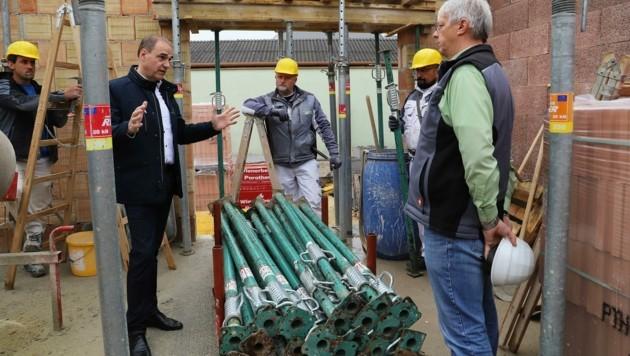 Landesrat Leo Schneemann (li) zu Besuch am Bau. Mit gezielten Maßnahmen will er für Stabilität am Arbeitsmarkt sorgen. (Bild: LMS)
