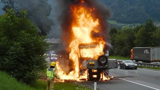 Brand auf der Inntalautobahn. (Bild: ZOOM.TIROL)