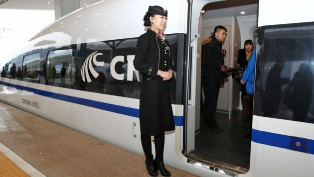 Ein Hochgeschwindigkeitszug in der Millionenmetropole Zhengzhou (Bild: CHINA OUT/AFP PHOTO/STR)