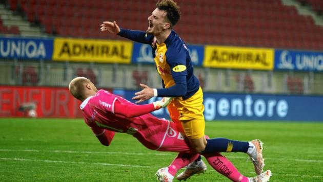 Die strittige Szene: Berisha (re.) läuft in LASK-Goalie Schlager hinein - Elfmeter oder nicht? (Bild: Sepp Pail)