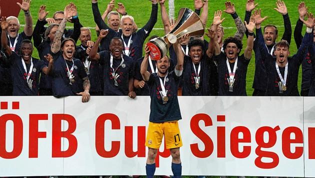 Kapitän Andreas Ulmer jubelt mit seiner Salzburger Mannschaft über den achten Cup-Triumph der Klubgeschichte. (Bild: Sepp Pail)