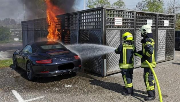 Der Porsche, der neben den Müllcontainern geparkt war, brannte ebenfalls. (Bild: FF Weiden am See)