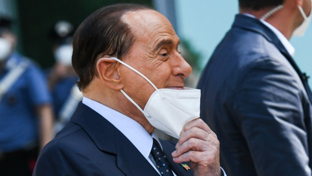 Silvio Berlusconi musste nach seiner Covid-Erkrankung im Vorjahr erneut im Krankenhaus behandelt werden. (Bild: AFP/Piero CRUCIATTI)