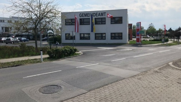 Die sozialistische Fahne wurde vor dem Gemeindeamt in Münchendorf gehisst. (Bild: zVg)