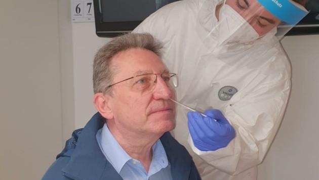 Bürgermeister Zapfl, am Sonntag als Erster beim Test (Bild: Gemeinde Nickelsdorf)