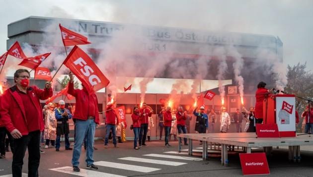 """Die SPÖ """"entflammt"""" das Areal vor dem MAN-Werk in Steyr (Bild: Kerschbaummayr Werner)"""