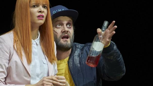 Julian Sigl, hier mit Lorena Emmi Mayer als Peppi, spielt den Trunkenbold Knieriem köstlich. (Bild: Herwig Prammer)