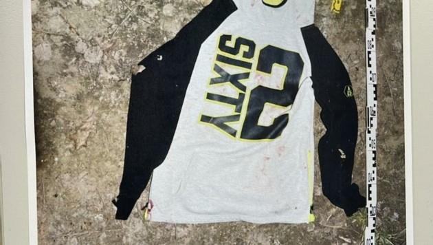 Dieser Sweater wurde in dem Waldstück nahe dem Friedhof gefunden. Wer weiß, wem dieses Kleidungsstück gehört? Hinweise erbeten! (Bild: Schulter Christian)