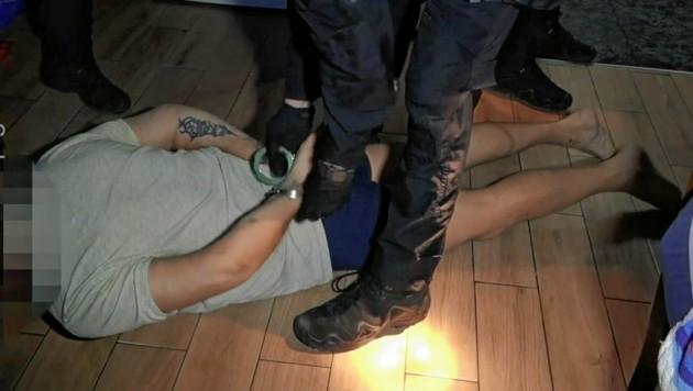"""Nächtlicher """"Besuch"""": Der serbische Schlepperboss in Handschellen. (Bild: Polizei)"""