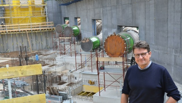 GF Klaus Mitteregger im künftigen Krafthaus, dahinter warten schon die Druckrohre auf die Turbinen im Herbst. (Bild: Daum Hubert)