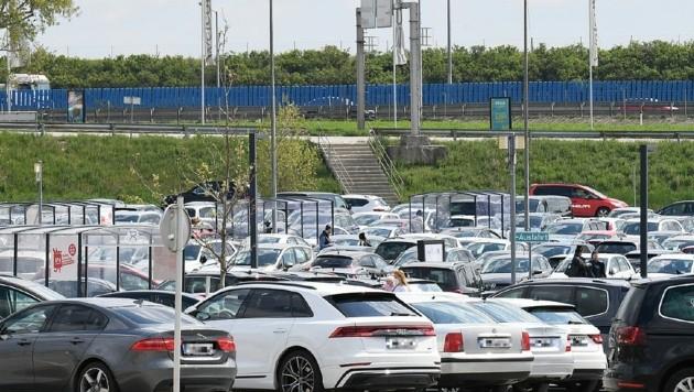 Voller Parkplatz in der SCS schon am Vormittag. (Bild: P. Huber)