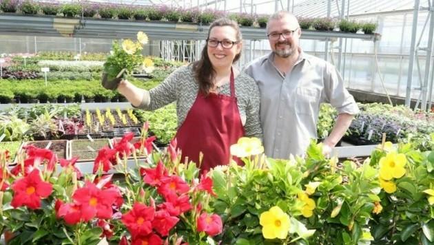 Blumenhändler wie Andrea und Josef Kaiser aus Frauenkirchen freuen sich schon auf ihre Kunden und beraten diese gerne bei der Auswahl. (Bild: Reinhard Judt)