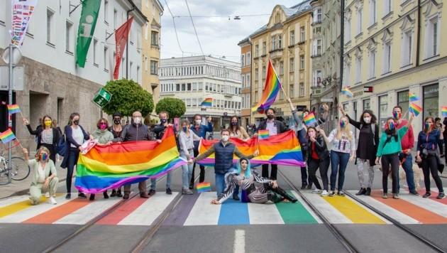 Für die homo-, bi-, inter- und transsexuelle sowie non-binäre Szene ist der neue bunte Zebrastreifen ein wichtiges Zeichen (Bild: Grüne)