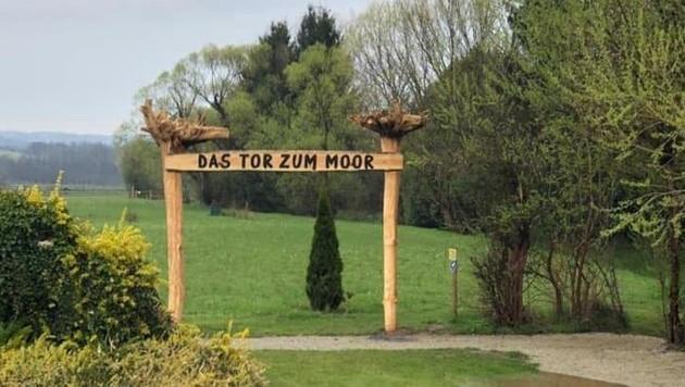 Als neues Wahrzeichen ist das gigantische Tor zum Moor schon von Weitem sichtbar. Es wurde vom Rohrer Bürgermeister Gernot Kremsner und Patrick Schalk gebaut (Bild: Rund ums Moor)
