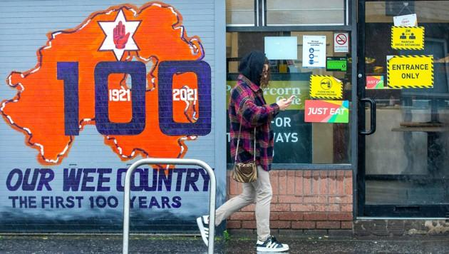 Die nordirische Hauptstadt Belfast ist für seine Wandmalereien bekannt. Dieses Graffito ist anlässlich des runden Geburtstags entstanden. (Bild: AFP)