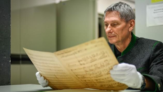 Engelbert Lasinger mit der Originalschrift der Landeshymne (Bild: Alexander Schwarzl)