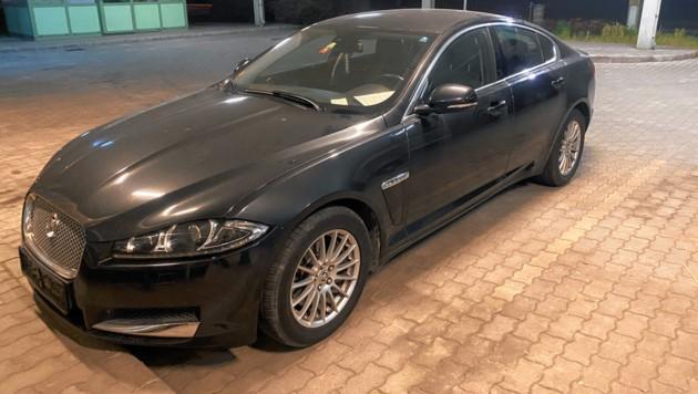 Ungarns Grenzfahnder stoppten die illegale Reise in den Osten: Der Jaguar wurde in Österreich gestohlen. (Bild: Polizei)