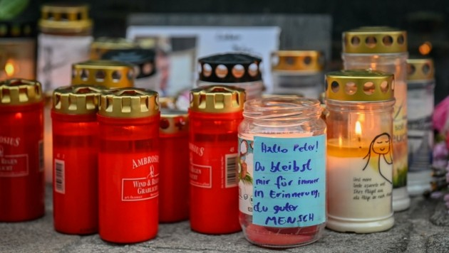 Beim Unfallort erinnern Kerzen an die Toten (Bild: Alexander Schwarzl)