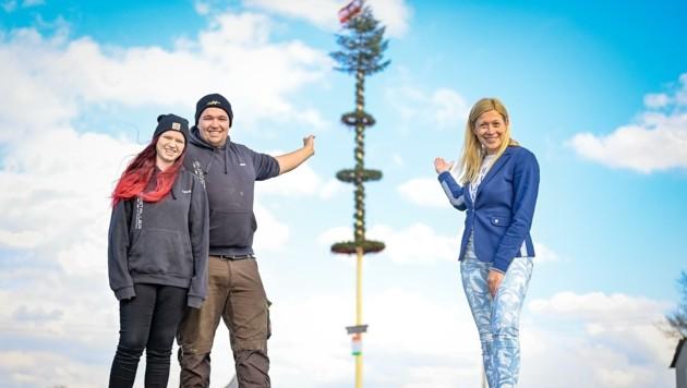 Die Maibaumdiebe aus Neufelden zeigten ein Herz für Kulturstadträtin Doris Lang-Mayerhofer (Bild: Alexander Schwarzl)