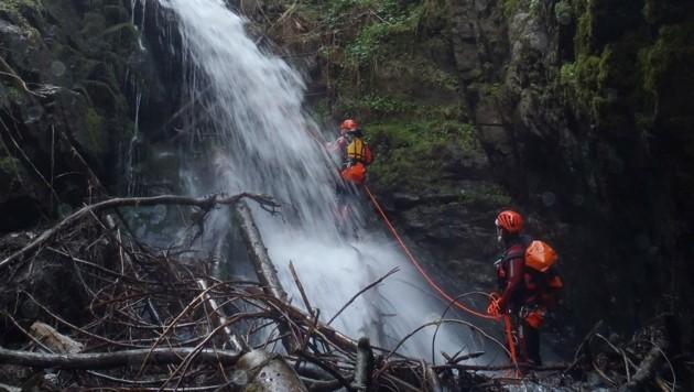Die Einsatzkräfte durchkämmten am Montag den Schleierwasserfall am Haselbach. (Bild: ZOOM.TIROL)