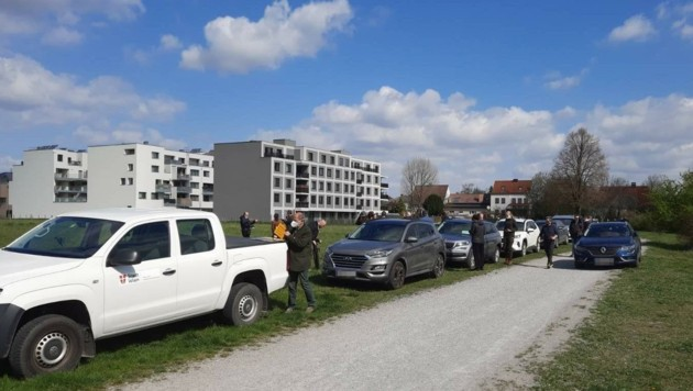 Eine Passantin knipste, wie die Politgranden mit schweren Brummern kamen und auf der Wiese parkten. (Bild: Angelika Pauer, krone.at)
