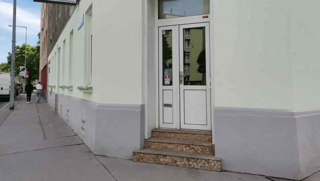 Vor diesem Haus hatte sich die Polizei postiert. (Bild: Leserreporterin Viktoria Hobek)