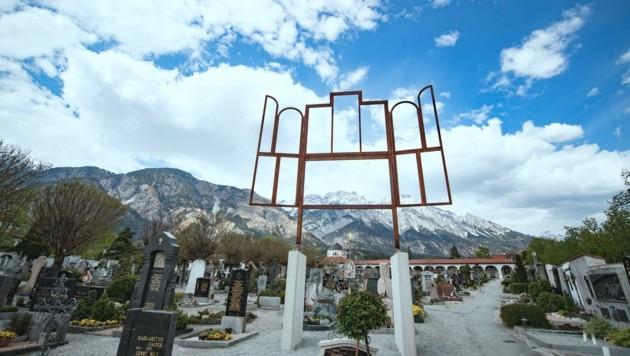 """Die Installation """"Altar"""" des belgischen Künstlers Kris Martin am Friedhof in Hall in Tirol. (Bild: Diözese Innsbruck/Gerhard Berger)"""