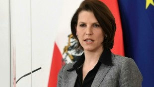 Europaministerin Karoline Edtstadler übt heftige Kritik an der Corona-Politik von FPÖ-Chef Herbert Kickl. (Bild: APA/HELMUT FOHRINGER)