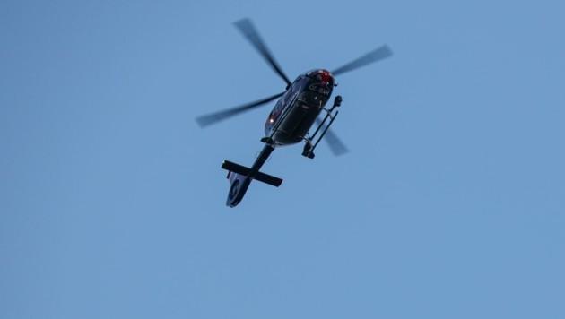 Mit dem Hubschrauber und Diensthunden suchten Polizeieinheiten stundenlang nach dem abgängigen Kind aus Stadl-Paura. (Bild: Matthias Lauber)