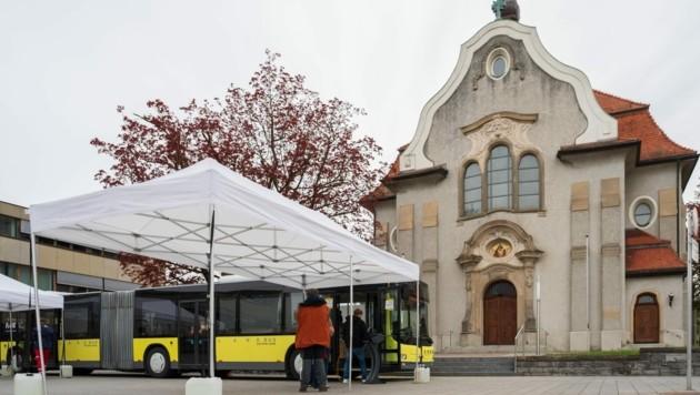 Am Höchster Kirchplatz ist das Testen im Bus möglich. (Bild: Stiplovsek Dietmar)