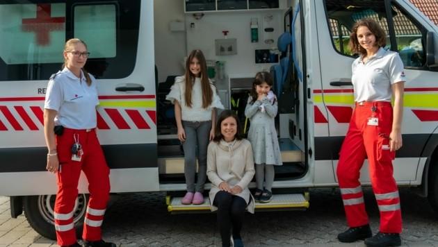 Sanitäterinnen Bea Seybold und Leonie Hausch mit Lilla (10), Lena (4) und ihrer Mama (Bild: Rene Pospischil)