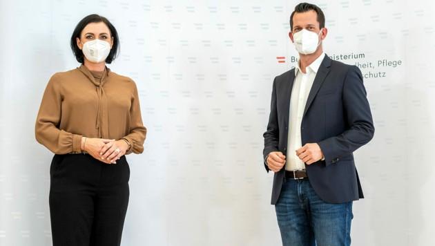 Die beiden Minister Köstinger und Mückstein gaben zum Grünen Pass eine Online-Pressekonferenz. (Bild: APA/GEORG HOCHMUTH)