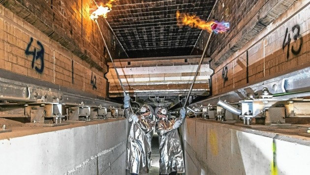"""Die zwei """"Zündler"""" sind LH Kaiser und RHI-Boss Cordt. Sie nahmen den Tunnelofen in Betrieb. Für das Werk in Radenthein war es eine historische Feierstunde. (Bild: rhi)"""