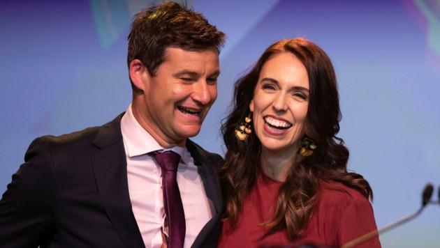 Neuseelands Ministerpräsidentin Jacinda Ardern und ihr Verlobter Clarke Gayford (Bild: APA/AP/Mark Baker)