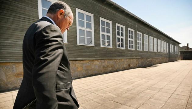 Nationalratspräsident Wolfgang Sobotka (ÖVP) bei Besichtigung des ehemaligen KZ Mauthausen (Bild: Parlamentsdirektion/Johannes Zinner)