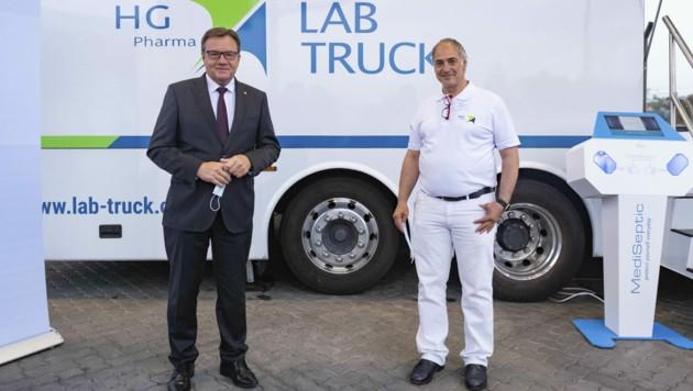Tirols Landeshauptmann Günther Platter (ÖVP) und HG-Pharma-Chef Ralf Herwig (rechts) am 25. September 2020 anlässlich der Präsentation des HG LAB Truck (Bild: APA/Land Tirol/G. Berger)