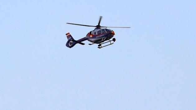 Mit Helikopter und Hunden suchten Polizisten nach dem Neunjährigen (Bild: laumat.at/Matthias Lauber)