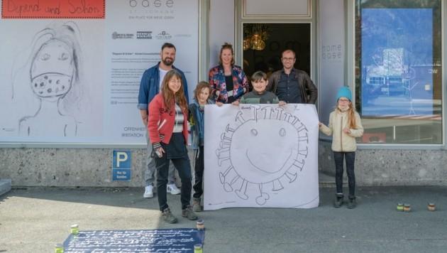 "Andrea Pesendorfer (links), das Team des ""Café Homebase"" (hinten) und drei junge Künstler. (Bild: Andreas Wimmer)"