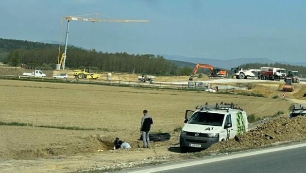 Am Mittwochvormittag arbeiteten Techniker des Mobilfunkanbieters bei der S-7-Baustelle an der Schadensbehebung. (Bild: Christian Schulter)