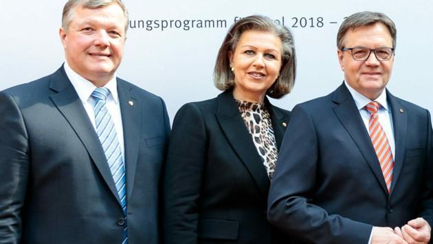 Ein Bild aus besseren Zeiten der Tiroler Volkspartei: Damals stimmte die Chemie zwischen Günther Platter und den Landesräten Patrizia Zoller-Frischauf sowie Bernhard Tilg (li.) noch. (Bild: APA/EXPA/JOHANN GRODER)