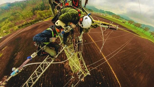 Hier sind Profis am Werk, die nicht nur genau wissen, was sie tun, sondern ihren Job auch noch in großen Höhen meistern. (Bild: Wallner Hannes)