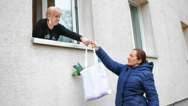 Elisabeth Fürst (re.) ist Mitglied beim Team Österreich und hat für ihre Nachbarin Frau Havlik eingekauft, während diese in Quarantäne war. (Bild: ÖRK / Holly Kellner)
