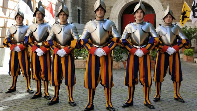 Mitglieder der Päpstlichen Schweizergarde im Vatikan (Bild: APA/SCHWEIZER GARDE)