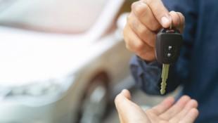 Weil Neuwagen durch den Chipmangel knapp sind, gibt es seitens Handel und Herstellern auch kaum Kaufanreize. (Bild: stock.adobe.com, Krone KREATIV)