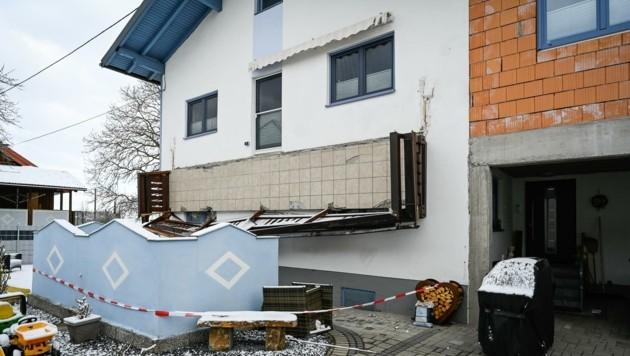 Am 5. April stürzte der Balkon in Lenzing ein, Michaela B. (55) starb bei dem Unglück (Bild: Alexander Schwarzl)