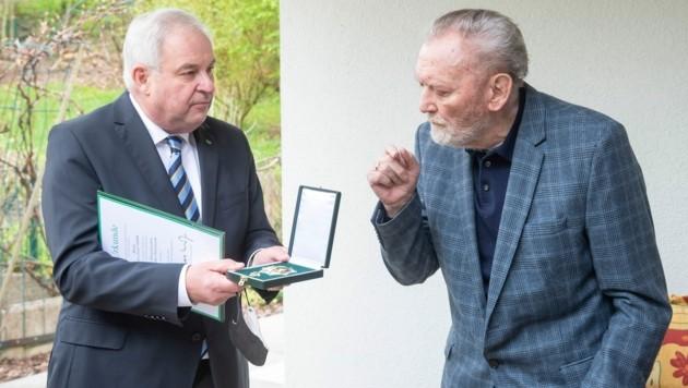 LH Hermann Schützenhöfer überreichte Fußball-Ikone Ivica Osim zu Hause das Große Ehrenzeichen des Landes Steiermark. (Bild: Foto Fischer)