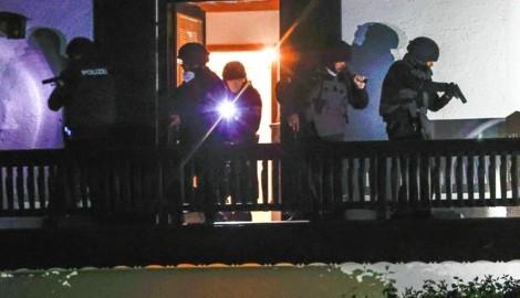 Beamte der Polizei-Spezialeinheit stürmten das Haus der Mutter (76), die direkt gegenüber dem Tatort lebt. (Bild: Markus Tschepp)