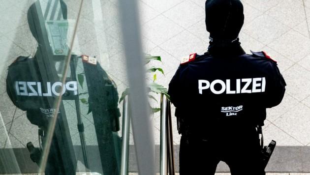 Polizisten bewachten den Schwurgerichtssaal im Linzer Landesgericht (Bild: FOTOKERSCHI.AT / KERSCHBAUMMAYR)