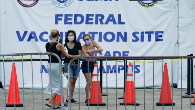 Eine mobile Impfstraße in Miami, im US-Bundesstaat Florida. In den USA wurden bereits 250 Mio. Impfdosen verabreicht. (Bild: AP)